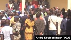 Vue de l'entrée principale de la salle d'audience du palais de justice de N'Djamena, Tchad, le 11 janvier 2018. (VOA/André Kodmadjingar)