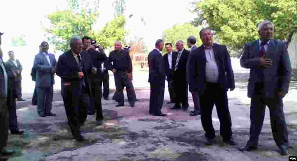 Rasmiylar va ijodkorlar kutib olayotgan mehmonlarning oxiri ko'rinmaydi