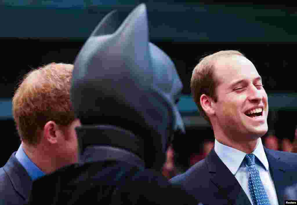 برطانیہ کے شہزادہ ولیم ، ان کی اہلیہ کیتھرین ،اور بھائی شہزادہ ہیری خوشگوار موڈ میں