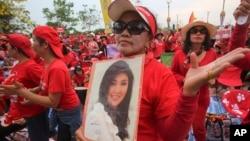 4月5日,數以萬計的泰國總理英祿的支持者在曼谷城外舉行集會。
