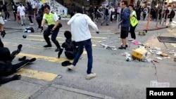 香港一名警察2019年11月11日在西湾河向示威者实弹开枪。