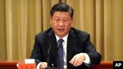 چین کے صدر زی جن پنگ، چین اور تائیوان کے درمیان سفارتی تعلقات قائم ہونے کی 40 ویں سالگرہ کے موقع پر تقریر کر رہے ہیں۔ 2 جنوری 2019