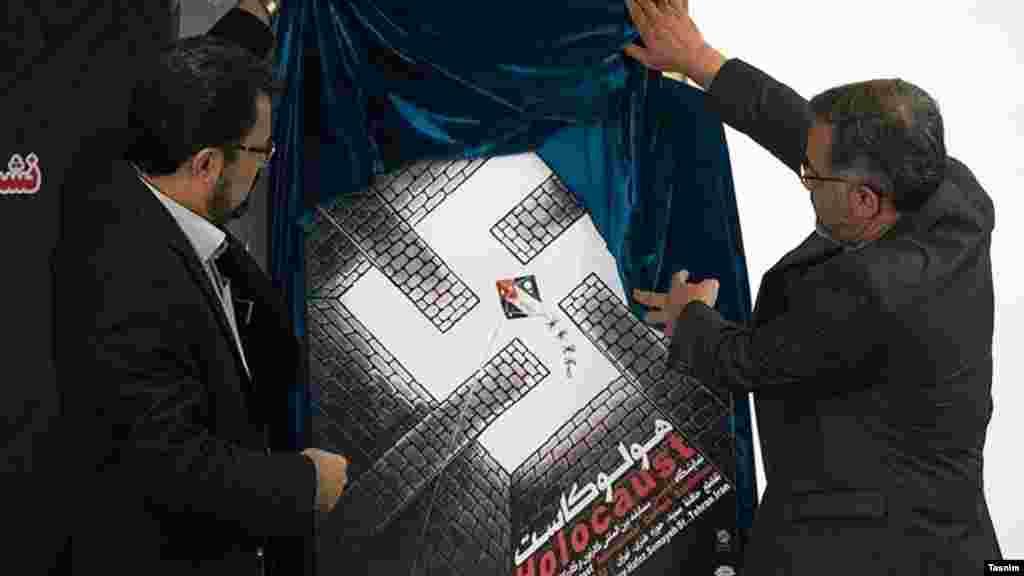 برگزاری نمایشگاه هولوکاست در تهران با اعتراضات بین المللی زیادی روبرو شد. در این عکس، مسعود شجاعی طباطبایی(سمت چپ) از پوستر مسابقه هولوکاست رونمایی میکند.