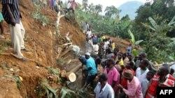 Cư dân Bududa cắt cây và gỗ để cứu các nạn nhân vụ đất lở ở miền đông Uganda, ngày 26/6/2012