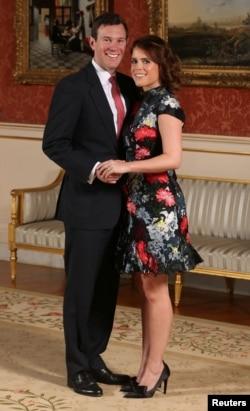 Putri Eugenie dan Jack Brooksbank berfoto setelah mengumumkan pertunangan di Istana Buckingham, London, 22 Januari 2018.