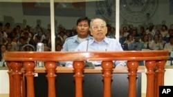 Suasana persidangan Ieng Sary di Mahkamah Kejahatan Perang Khmer Merah di Phnom Penh, Kamboja (Foto: dok). Para karyawan mahkamah ini dikabarkan telah setuju untuk mengakhiri aksi mogok mereka, Senin (18/3).