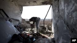 İsrail'in güneyinde roket saldırısında tahrip olan apartman dairesi