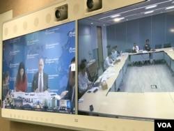 កាលពីថ្ងៃទី២៤ ខែមេសា ឆ្នាំ២០១៩ ធនាគារពិភពលោកបានធ្វើសន្និសីទព័ត៌មានតាមប្រព័ន្ធ video conference ក្នុងទីក្រុងភ្នំពេញ អំពីបច្ចុប្បន្នភាពសេដ្ឋកិច្ចក្នុងតំបន់អាស៊ីបូព៌ា និងប៉ាស៊ីហ្វិក។ (ហ៊ុល រស្មី/VOA Khmer)