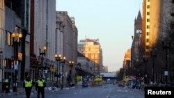 2013年4月16日,两名警察走在波士顿马拉松爆炸案现场附近的街道上。