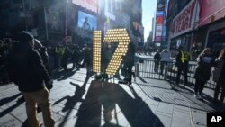 Angka 17 dalam ukuran besar tiba di Times Square, New York, sebelum dipasang dan diberi lampu untuk perayaan Tahun Baru (15/12).