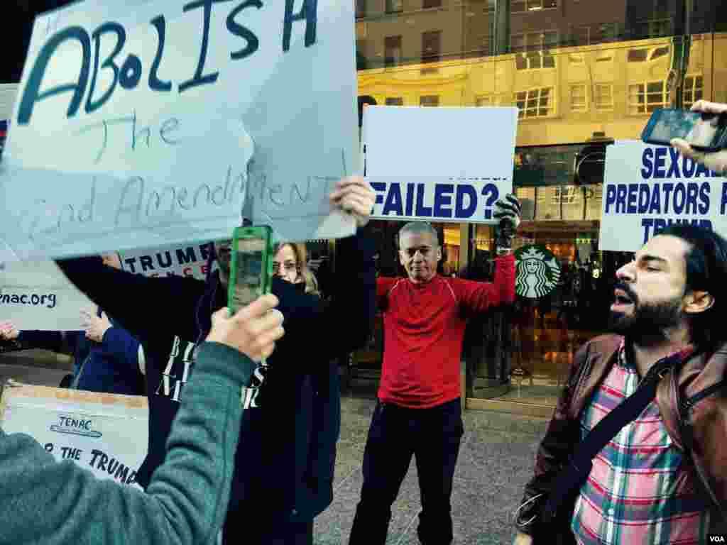 مظاہرے میں ڈونلڈ ٹرمپ کے حامی اور مخالفین آمنے سامنے جمع ہیں