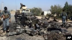 Pasukan keamanan Afghanistan memeriksa lokasi serangan udara AS di kota Kunduz, Afghanistan utara hari Sabtu (3/10).