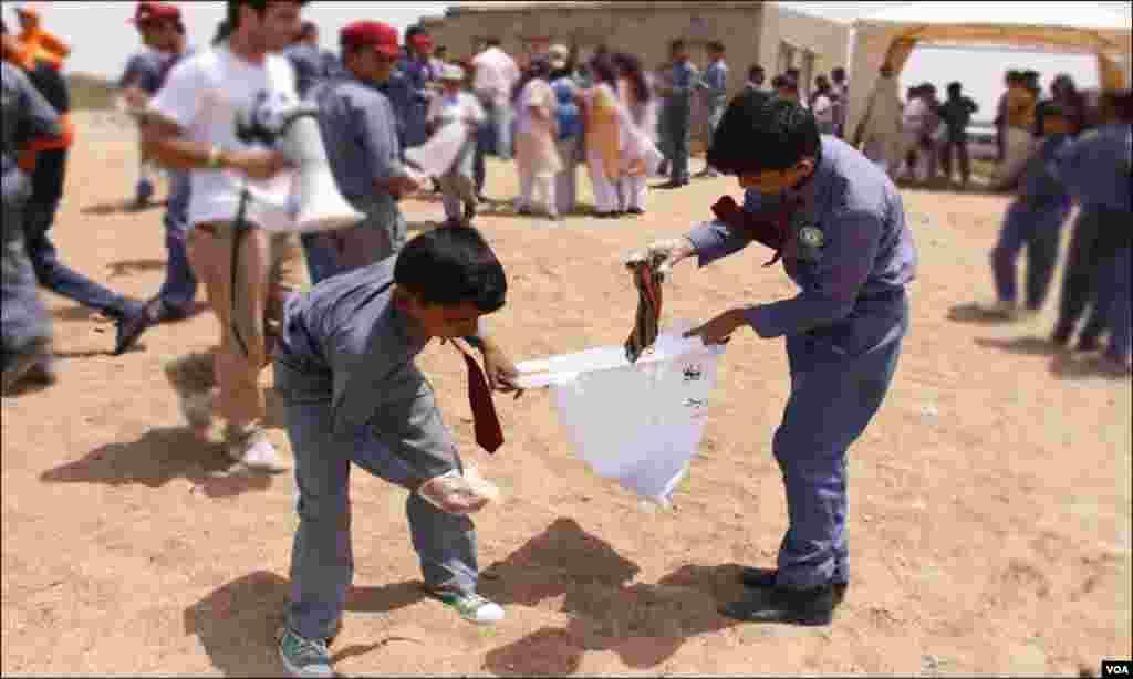 مہم کے دوران، اسکول کے بچوں نے ساحل سمندر کی صفائی کی