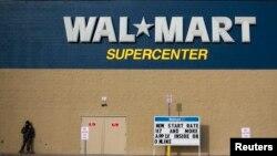 Autoridades cerraron calles aledañas a la tienda Walmart en Amarillo, Texas, como medida de precaución.