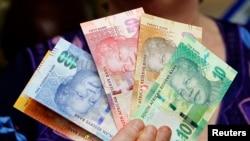 Le gouverneur de la banque centrale sud-africaine Gill Marcus présente les nouveaux billets du rand (sud-africain), 6 novembre 2012.