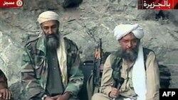Osama bin Laden, trái, và Ayman al-Zawahri, phải, tại một địa điểm bí mật, 10/2001