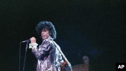 Prince pendant la mi-temps du superbowl au Dolphin Stadium de Miami.