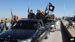 Đoàn xe chiến binh Nhà nước Hồi giáo đi qua thị trấn Tel Abyad, đông bắc Syria.