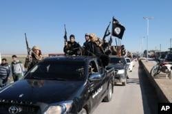 Các chiến binh Hồi giáo Nhà nước tại thị trấn Tel Abyad, đông bắc Syria.
