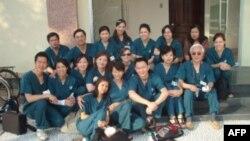 Các thành viên của Tổ chức Sứ giả Y tế Thế giới trong chuyến thiện nguyện đến Cần Thơ hồi tháng 3 năm 2007