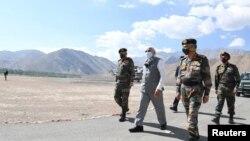 Perdana Menteri India Narendra Modi meninjau pangkalan militer di Ladakh, kawasan Himalaya yang berbatasan dengan China, 3 Juli 2020.
