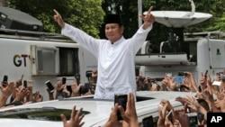 Capres 02 Prabowo Subianto saat menyapa pendukungnya pada acara syukuran kemenangan di Jakarta, Jumat 19 April 2019 lalu.