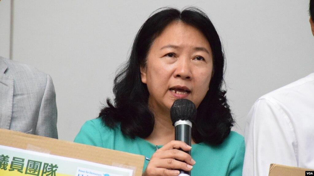 香港民主党中西区区议员郑丽琼2019年对媒体发表讲话(美国之音/汤惠芸)。
