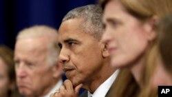 2016年9月19日,伊拉克总理阿巴迪在纽约与美国举行双边会谈。奥巴马总统(中)、副总统拜登(左)和美国驻联合国大使鲍威尔注视着正在讲话的阿巴迪。