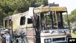 Этот разбитый автобус, как утверждают власти Триполи, - следствие бомбардировок НАТО.