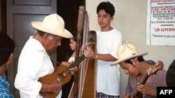 艺术中心的学生到墨西哥了解墨西哥民乐