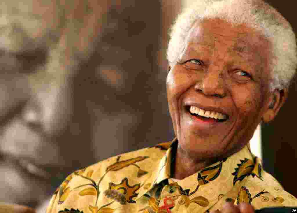 Nelson Mandela de 94 años fue el primer presidente negro de Sudáfrica entre 1994 y 1999.