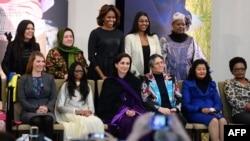 ສະຕີໝາຍເລກ 1 ສຫລ ທ່ານນາງ Michelle Obama ຖ່າຍຮູບ ຮ່ວມກັບບັນດາແມ່ຍິງທີ່ໄດ້ຮັບລາງວັນ International Women of Courage Award ໃນກຸງວໍຊິງຕັນ (4 ມີນາ 2014)