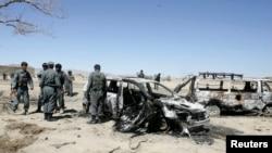 지난달 30일 아프가니스탄 남동부 가즈니 주에서 나토 공습으로 파괴된 차량. 아프간 경찰들이 현장을 수색하고 있다.