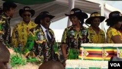 UMongameli Robert Mugabe lemmuli yakhe emkhosini wokunanza ilanga lakhe lokuzalwa eMatopo Junior School, Matabeleland South province.