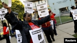 Giáo viên thành phố Chicago biểu tình bên ngoài trường Anthony Overton ở Chicago