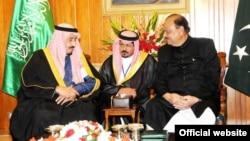 Saudiya Arabistoni valiahdi shahzoda Salmon ibn Abdulaziz Pokistonda prezident Mamnun Husayn bilan uchrashmoqda, Islomobod, 15-fevral, 2014-yil
