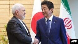 Perdana Menteri Jepang Shinzo Abe (kanan) saat menerima Menlu Iran Javad Zarif di Tokyo bulan lalu (foto: dok).
