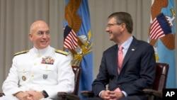 El nuevo jefe del Comando Sur, almirante Kurt Tidd y el secretario de Defensa, Ash Carter, durante la ceremonia de cambio de mando en la sede del Comando Sur, en Miami. Enero 14, 2016.