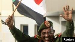 Presiden Sudan Omar Hassan al-Bashir melambaikan tangan kepada rakyatnya setelah menerima laporan kemenangan atas wilayah Heglig dari Kementrian Pertahanan Sudan di Khartoum (20/4).
