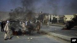 ຊາວຊີໄອທ໌ມຸສລິມທີ່ມີຄວາມໂກດແຄ້ນພາກັນຈູດຢາງຕີນລົດເພື່ອປະທ້ວງຕໍ່ການທີ່ມືປືນໄດ້ສັງຫານຜູ້ຄົນໃນປະ ຊາຄົມເຂົາເຈົ້າ ທີ່ເມືອງ Quetta ໃນພາກຕາເວັນຕົກສຽງໃຕ້ຂອງປາກິສຖານ (30 ກໍລະກົດ 2011)