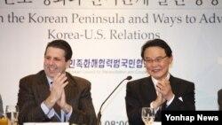 마크 리퍼트 주한 미국대사(왼쪽)가 피습 9개월여 만인 18일 서울에서 열린 '민족화해협력범국민협의회 토론회'에 다시 참석했다.