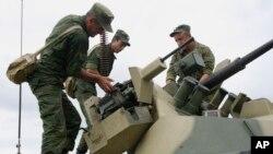 Rossiya askarlari harbiy mashg'ulot paytida, Grozniy, Checheniston, 5-iyul, 2012-yil
