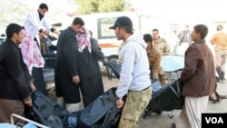 Warga setempat mengangkut jenazah para korban tewas akibat bom bunuh diri di pos polisi Tikrit, sekitar 150 km sebelah utara Baghdad, Selasa 18 Januari 2011.