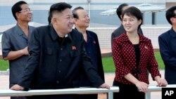 Nhà lãnh đạo Bắc Triều Tiên Kim Jong Un và vợ Ri Sol Ju