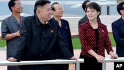 北韓新領導人金正恩近日公開其私人生活﹐7月26日與妻子李雪主一道露面