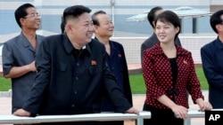 지난 7월 부인 리설주(오른쪽)와 능라인민유원지를 방문한 김정은 북한 국방위 제1위원장. (자료 사진)