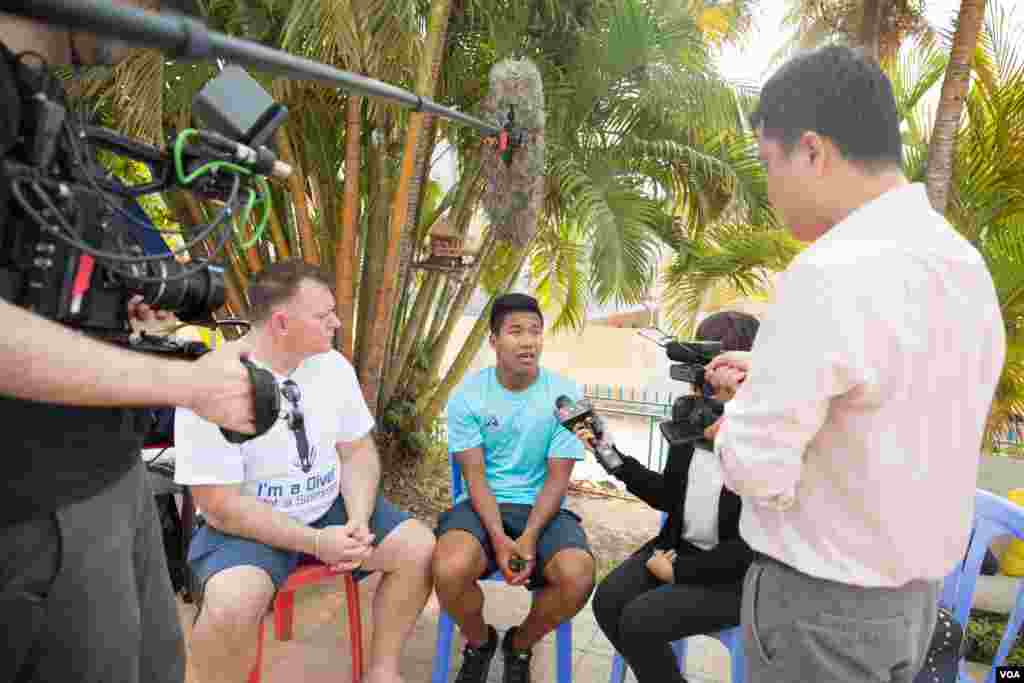 Jordan Pisey Windle gives an interview to journalists in Phnom Penh, Cambodia, May 12 2016. (Hean Socheata/VOA Khmer)