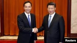 2015年5月4日台灣國民黨主席朱立倫(左)在北京人民大會堂與中國國家主席習近平握手