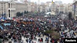 12月1日,在基輔的獨立廣場,支持與歐盟合作的示威者舉行集會