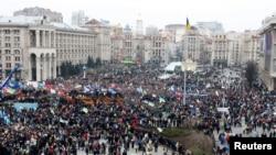 ယူကရိန္းႏုိင္ငံ၊ Kyiv ၿမိဳ႕က Maidan Nezalezhnosti လို႔ေခၚတဲ့ လြတ္လပ္ေရးရင္ျပင္မွာ သမၼတႏုတ္ထြက္ေရးေတာင္းဆုိေနသူမ်ား။ (ဒီဇင္ဘာ ၁၊ ၂၀၁၃)